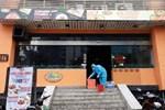 Nhân viên quán pizza ở Hà Nội là bệnh nhân 812 đang thở máy, diễn biến nặng