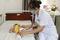 Bác sĩ cảnh báo: Vì e ngại dịch nên không đưa đến viện sớm, bé 1,5 tháng tuổi bị viêm phổi nặng, co giật toàn thân