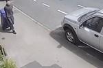 Thiếu niên 17 tuổi kéo thùng rác chứa đựng tội ác của hắn đối với cô giáo trợ giảng được ghi lại trong đoạn clip rợn người