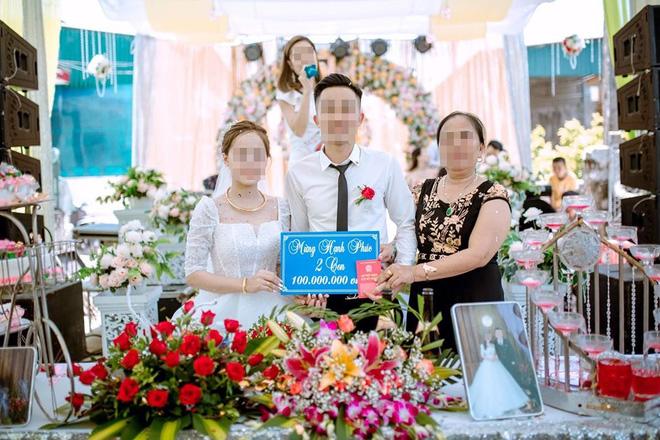 Mẹ chồng trao quà cưới cho con dâu, cả hội hôn bất ngờ vì con số khủng ghi trên tấm bảng-1