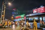 Xe Camry cuốn một loạt xe máy ngay ngã tư ở Sài Gòn, rất nhiều người bị thương nằm la liệt trên đường