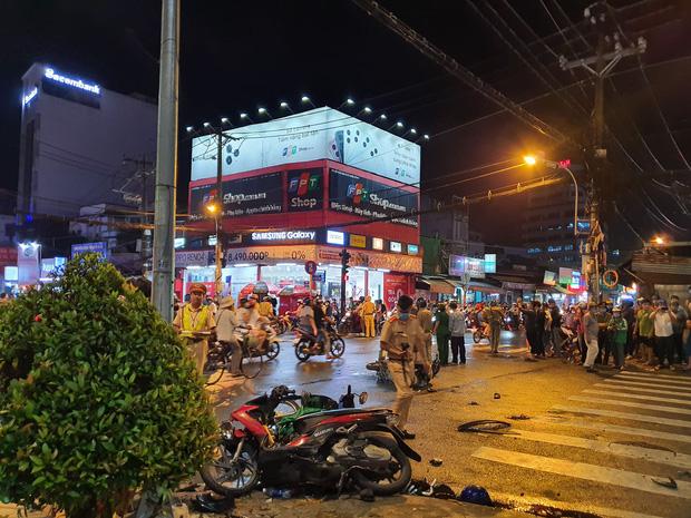 Xe Camry cuốn một loạt xe máy ngay ngã tư ở Sài Gòn, rất nhiều người bị thương nằm la liệt trên đường-1