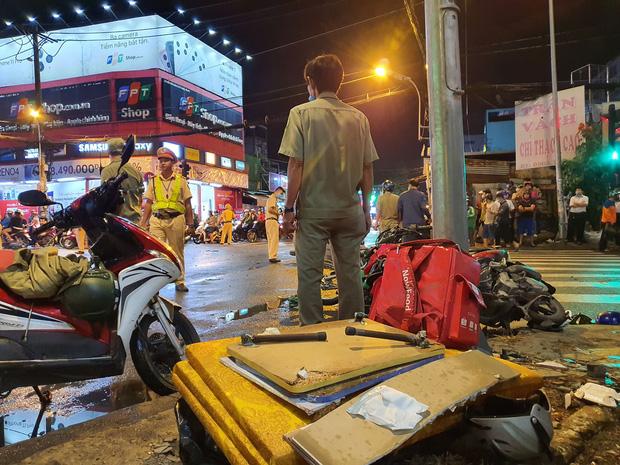 Xe Camry cuốn một loạt xe máy ngay ngã tư ở Sài Gòn, rất nhiều người bị thương nằm la liệt trên đường-2