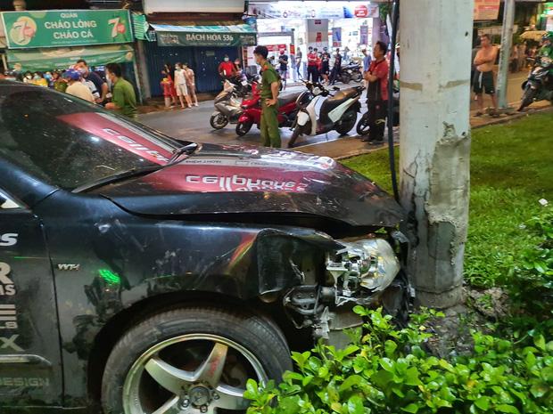 Xe Camry cuốn một loạt xe máy ngay ngã tư ở Sài Gòn, rất nhiều người bị thương nằm la liệt trên đường-3