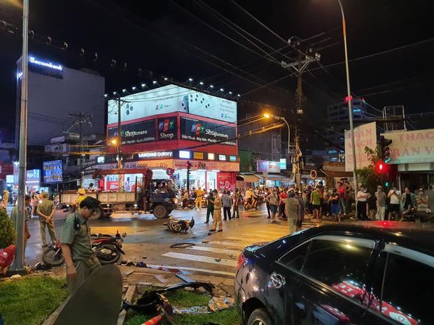 Xe Camry cuốn một loạt xe máy ngay ngã tư ở Sài Gòn, rất nhiều người bị thương nằm la liệt trên đường-4