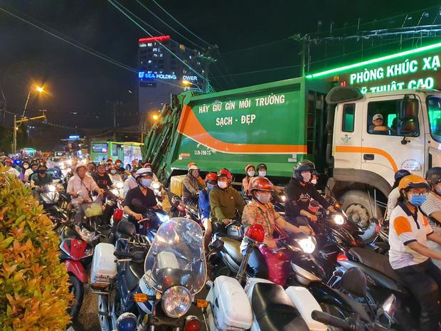 Xe Camry cuốn một loạt xe máy ngay ngã tư ở Sài Gòn, rất nhiều người bị thương nằm la liệt trên đường-9