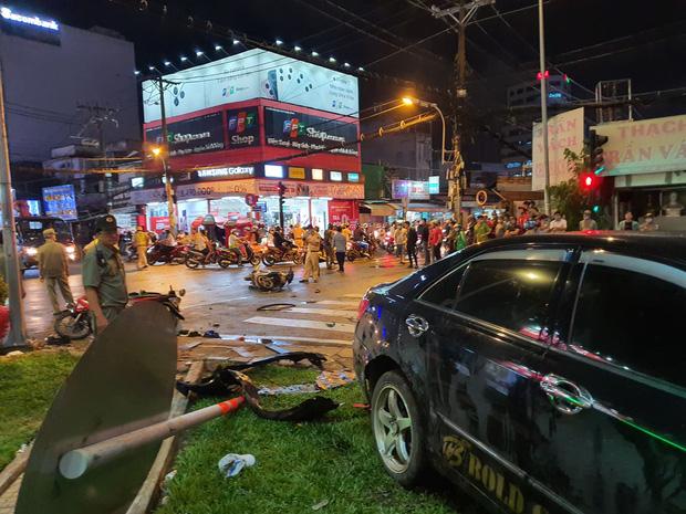 Xe Camry cuốn một loạt xe máy ngay ngã tư ở Sài Gòn, rất nhiều người bị thương nằm la liệt trên đường-5