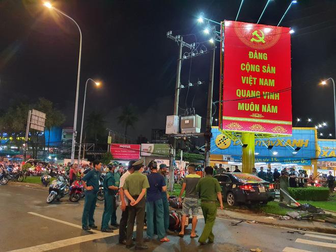 Xe Camry cuốn một loạt xe máy ngay ngã tư ở Sài Gòn, rất nhiều người bị thương nằm la liệt trên đường-8