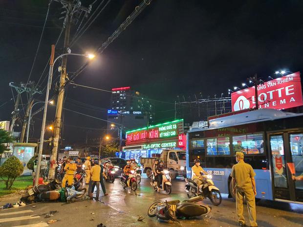 Xe Camry cuốn một loạt xe máy ngay ngã tư ở Sài Gòn, rất nhiều người bị thương nằm la liệt trên đường-6
