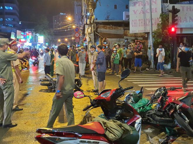 Xe Camry cuốn một loạt xe máy ngay ngã tư ở Sài Gòn, rất nhiều người bị thương nằm la liệt trên đường-7