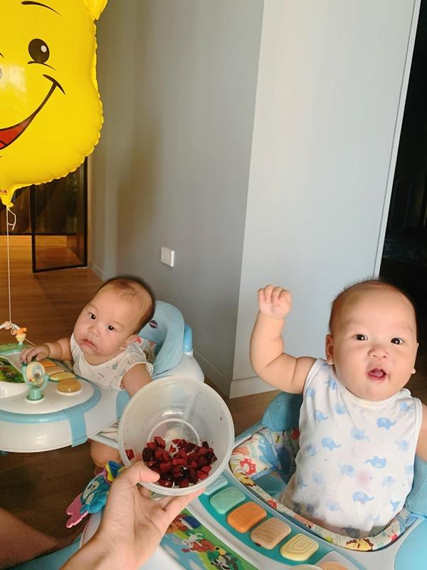 Vợ tiếp viên hàng không của MC Thành Trung mát tay, chăm hai nhóc tỳ toàn trái cây xịn thế này trộm vía bảo sao con bụ bẫm quá!-1