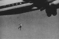 Bức hình một cậu bé 14 tuổi rơi ra khỏi máy bay gây ám ảnh người xem và câu chuyện phía sau khiến ai cũng giật mình