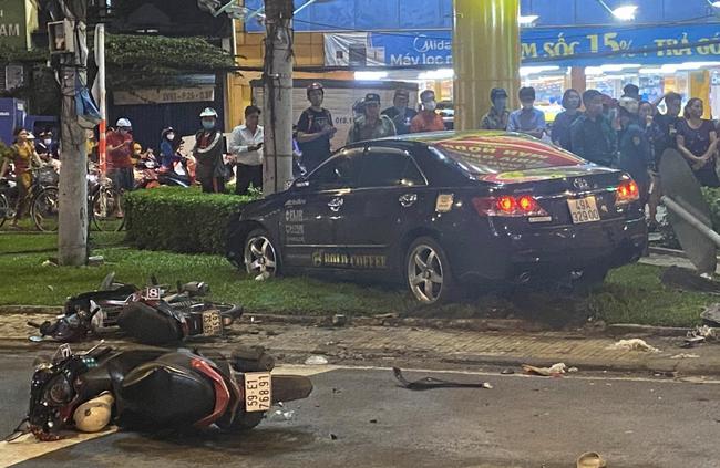 Nhân chứng vụ Camry tông hàng chục xe máy giữa ngã tư Sài Gòn: Ai cũng chảy máu, nữ tài xế sợ hãi vái lạy-1