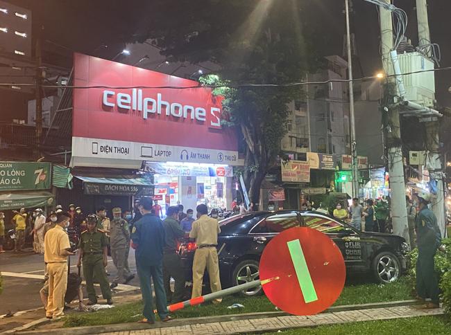 Nhân chứng vụ Camry tông hàng chục xe máy giữa ngã tư Sài Gòn: Ai cũng chảy máu, nữ tài xế sợ hãi vái lạy-2