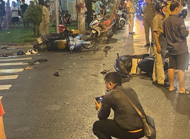 Nhân chứng vụ Camry tông hàng chục xe máy giữa ngã tư Sài Gòn: Ai cũng chảy máu, nữ tài xế sợ hãi vái lạy-3