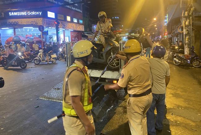 Nhân chứng vụ Camry tông hàng chục xe máy giữa ngã tư Sài Gòn: Ai cũng chảy máu, nữ tài xế sợ hãi vái lạy-10