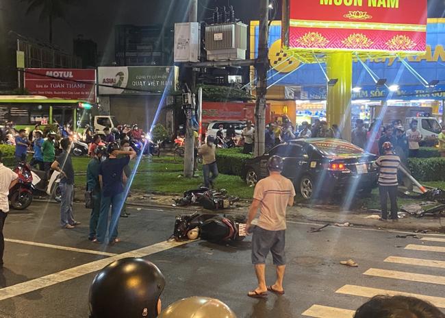 Nhân chứng vụ Camry tông hàng chục xe máy giữa ngã tư Sài Gòn: Ai cũng chảy máu, nữ tài xế sợ hãi vái lạy-5