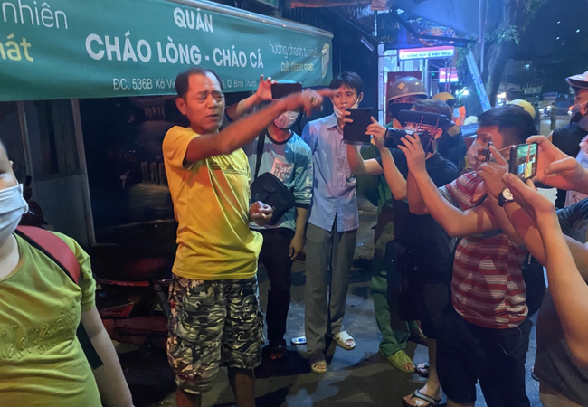 Nhân chứng vụ Camry tông hàng chục xe máy giữa ngã tư Sài Gòn: Ai cũng chảy máu, nữ tài xế sợ hãi vái lạy-7