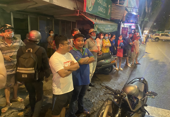 Nhân chứng vụ Camry tông hàng chục xe máy giữa ngã tư Sài Gòn: Ai cũng chảy máu, nữ tài xế sợ hãi vái lạy-8