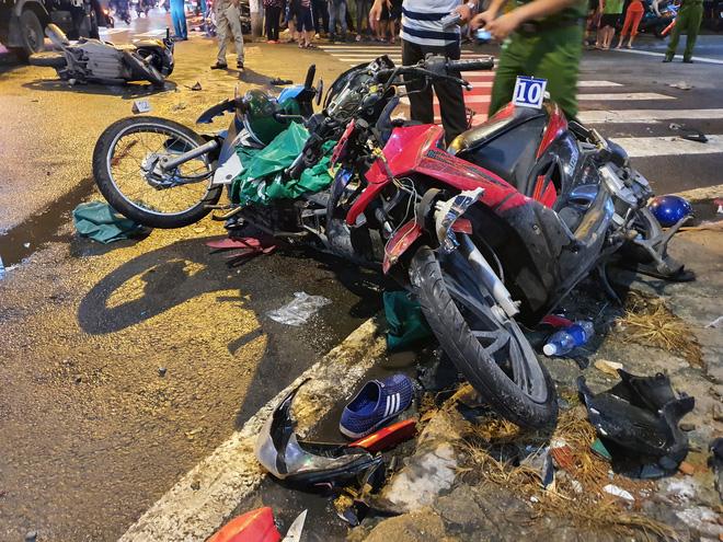 Nữ tài xế 23 tuổi lái Camry tông một loạt xe máy ở Sài Gòn khai do đạp nhầm chân ga-3