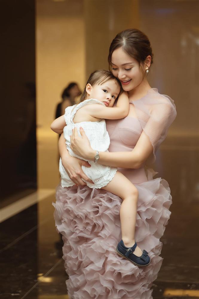 Chiều cao thật của con gái Lan Phương lộ rõ khi đứng cạnh mẹ nấm lùn và bố Tây 2m-2