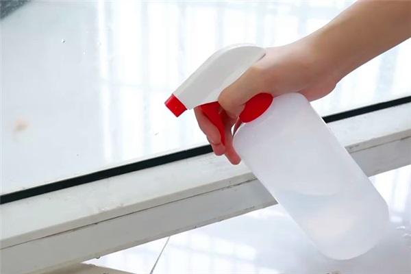 Lau kính không cần nước chuyên dụng, chỉ với một mẹo đơn giản này kính sạch bong kin kít mà không để lại vết-7