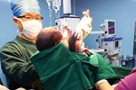 Em bé cười ngay khi chào đời ngay lập tức bị bác sĩ tát, mẹ cám ơn rối rít