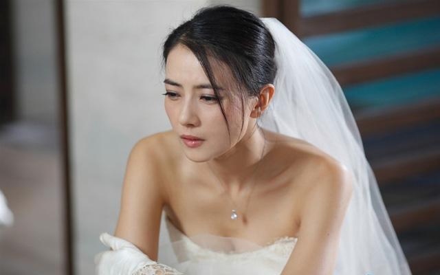 Người yêu cũ của tôi bỗng xuất hiện tại đám cưới, cầm điện thoại dọa phát clip nóng và phản ứng của chồng khiến gã thất thểu ra về-1