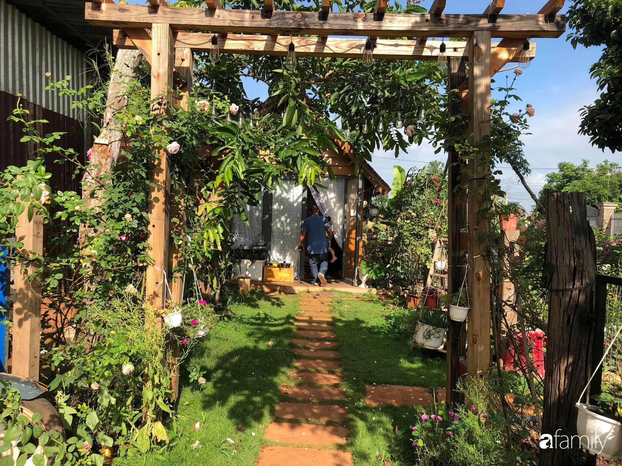 Khu vườn hoa hồng đẹp như cổ tích mà người chồng ngày đêm chăm sóc để tặng vợ con ở Vũng Tàu-19