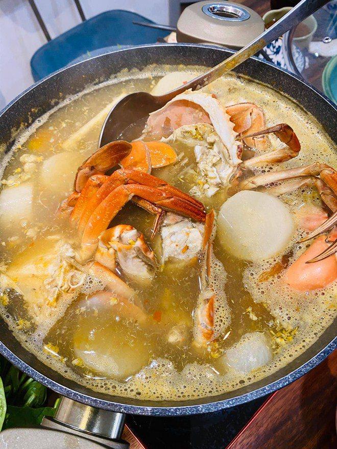 Được người tình chân dài làm món tủ, Kỳ Duyên nức nở khen ngon nhất Sài Gòn-3
