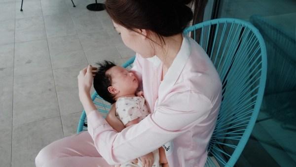 Điểm đặc biệt trên gương mặt con mới chào đời của Hoa hậu Đặng Thu Thảo đẹp không thể tả-2