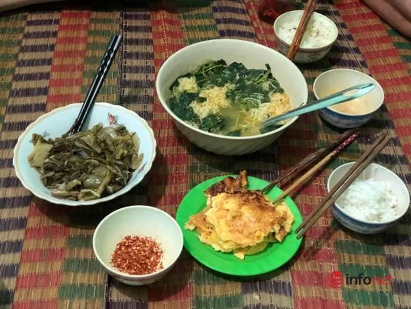 Xót lòng nhìn bữa cơm canh rau dại của người lao động nghèo mắc kẹt ở Đà Nẵng-1