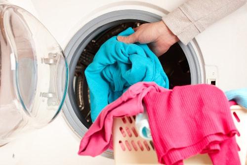 6 cách tẩy vết mốc lâu ngày trên quần áo màu đơn giản mà hiệu quả-3