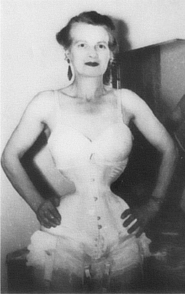Người phụ nữ chiều chồng nhất lịch sử nhân loại và hành trình hơn 10 năm đau đớn để sở hữu vòng eo 33cm cùng một diện mạo kỳ dị-8