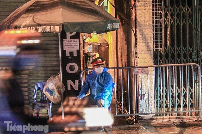 Phong tỏa ngõ trên phố Trương Định có người nghi mắc COVID-19 trong đêm-1