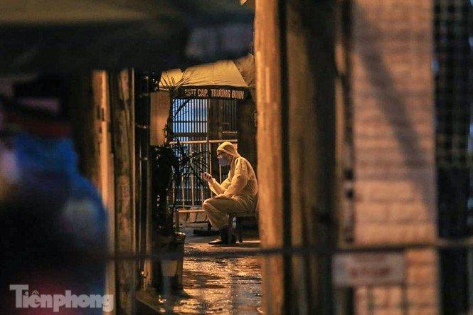 Phong tỏa ngõ trên phố Trương Định có người nghi mắc COVID-19 trong đêm-2
