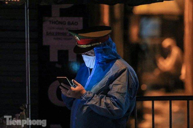 Phong tỏa ngõ trên phố Trương Định có người nghi mắc COVID-19 trong đêm-4