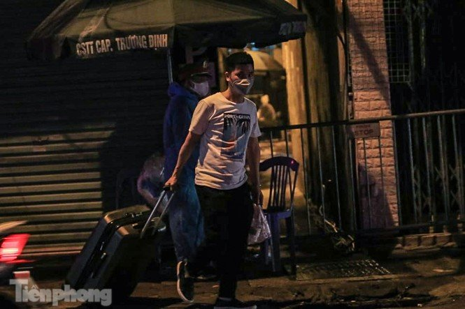 Phong tỏa ngõ trên phố Trương Định có người nghi mắc COVID-19 trong đêm-5