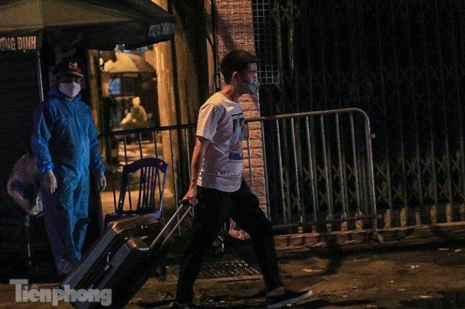 Phong tỏa ngõ trên phố Trương Định có người nghi mắc COVID-19 trong đêm-6