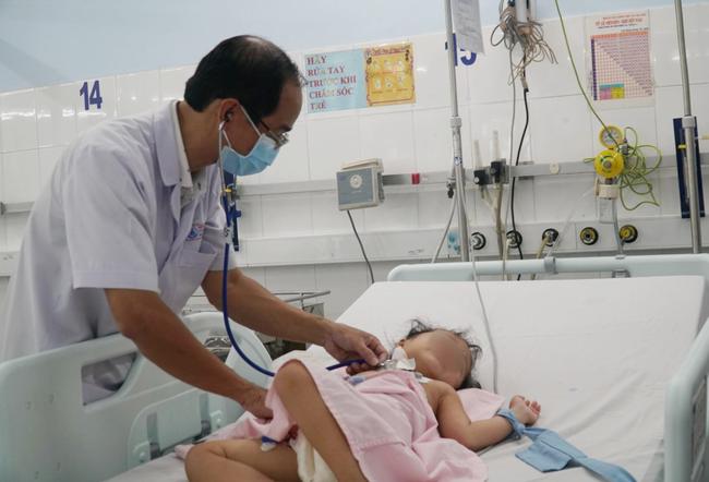 Chạy ECMO cứu bé gái 3 tuổi nôn ói hàng chục lần, truỵ tim mạch vô cùng nguy kịch-3