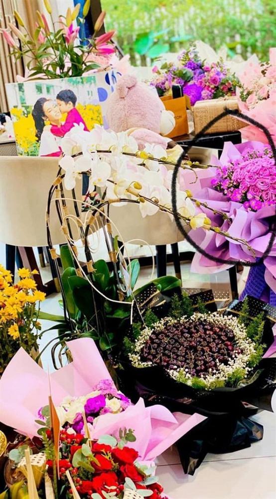 Cuối cùng cũng phát hiện đoá hoa Yêu em của TiTi trong đống quà sinh nhật Nhật Kim Anh rồi đây!-3