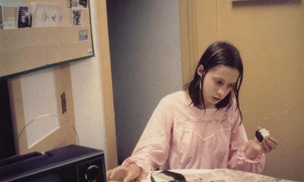 Cuộc đời bé gái người rừng, bị trói vào ghế suốt 13 năm-1