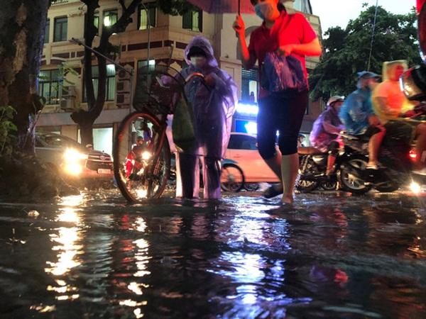 Mưa lớn trút xuống hàng giờ khiến nhiều tuyến phố Hà Nội thành sông, ô tô và xe máy bơi trong nước-2