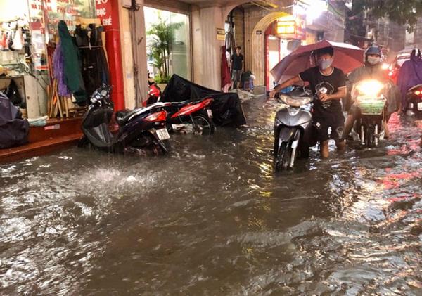 Mưa lớn trút xuống hàng giờ khiến nhiều tuyến phố Hà Nội thành sông, ô tô và xe máy bơi trong nước-3