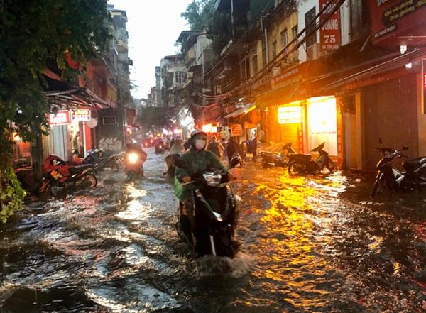 Mưa lớn trút xuống hàng giờ khiến nhiều tuyến phố Hà Nội thành sông, ô tô và xe máy bơi trong nước-4