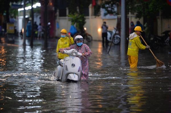 Mưa lớn trút xuống hàng giờ khiến nhiều tuyến phố Hà Nội thành sông, ô tô và xe máy bơi trong nước-10