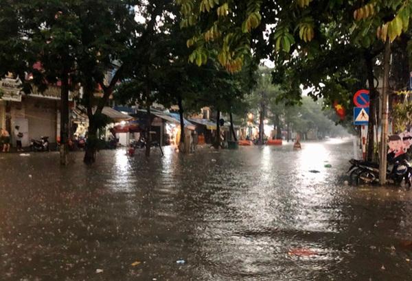 Mưa lớn trút xuống hàng giờ khiến nhiều tuyến phố Hà Nội thành sông, ô tô và xe máy bơi trong nước-5