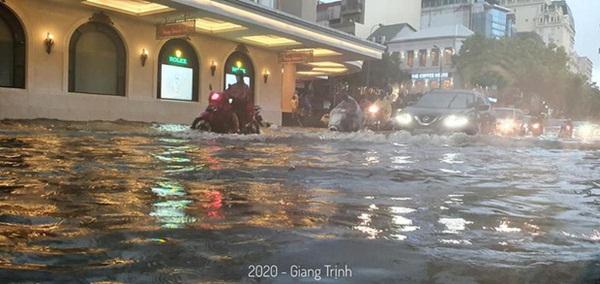 Mưa lớn trút xuống hàng giờ khiến nhiều tuyến phố Hà Nội thành sông, ô tô và xe máy bơi trong nước-6