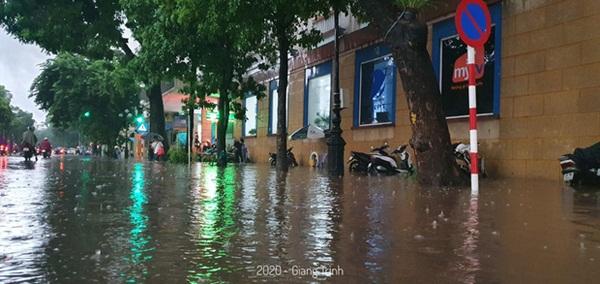 Mưa lớn trút xuống hàng giờ khiến nhiều tuyến phố Hà Nội thành sông, ô tô và xe máy bơi trong nước-7