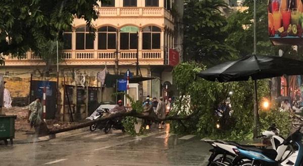 Mưa lớn trút xuống hàng giờ khiến nhiều tuyến phố Hà Nội thành sông, ô tô và xe máy bơi trong nước-8